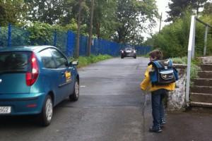 Kind auf dem Schulweg